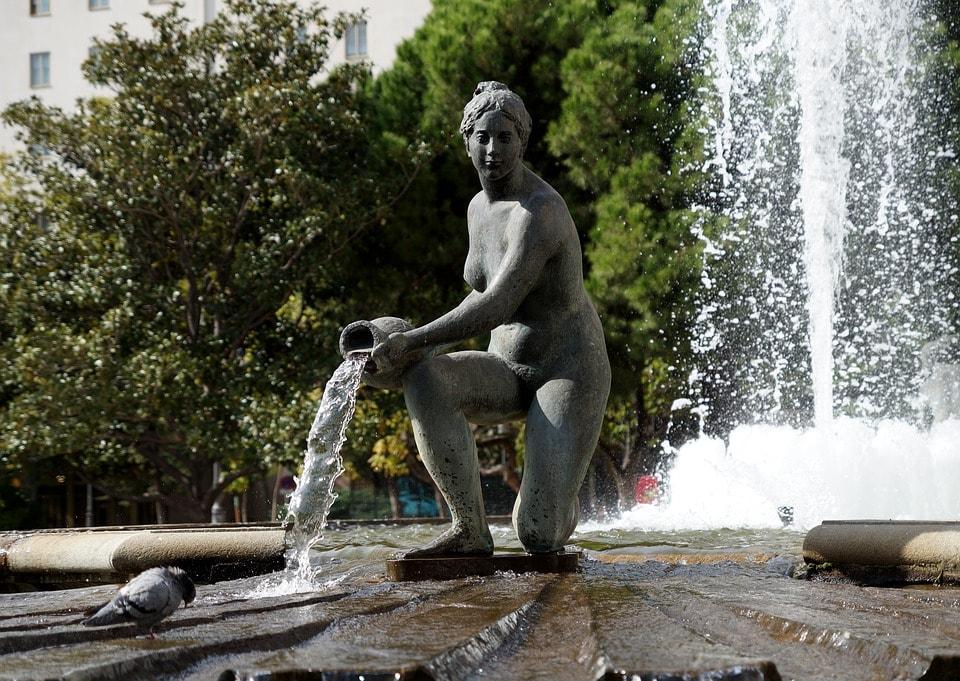 statua fontana con acqua in brocca